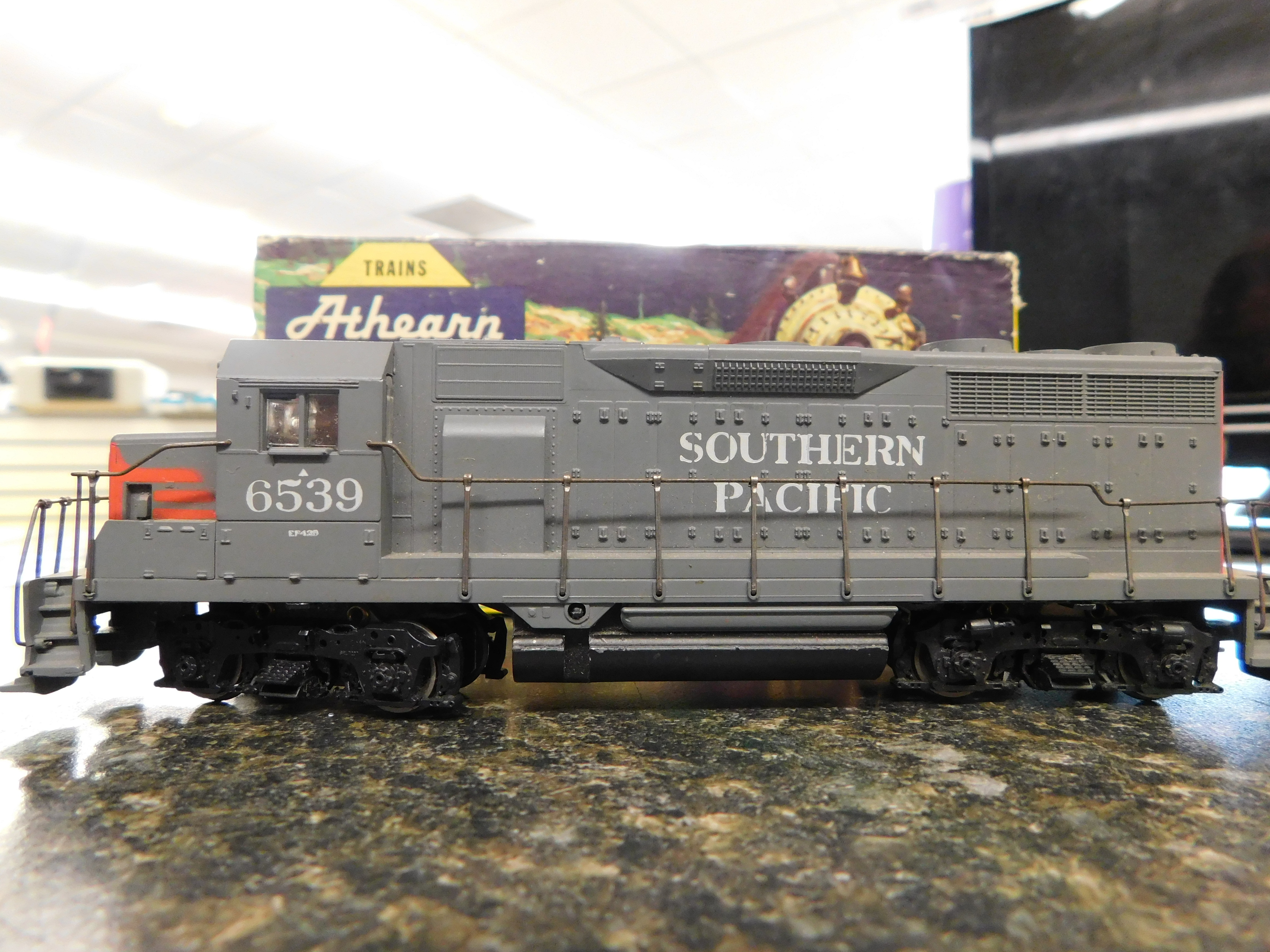 ATHEARN HO SCALE GP9 SOUTHERN PACIFIC LOCOMOTIVE