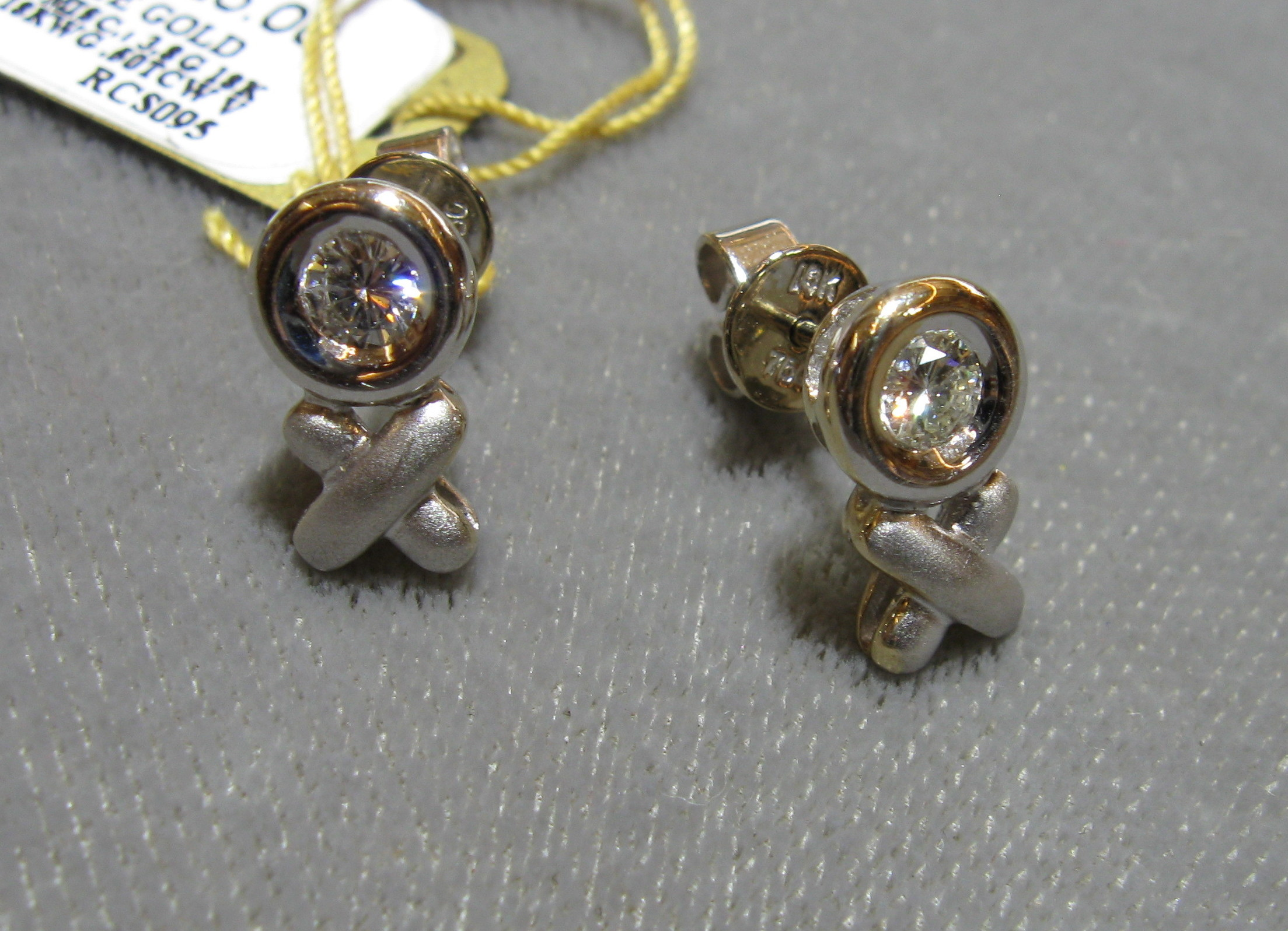 XO 18kt White Gold Earrings with 0.50 CTW VS Round Brilliant Cut Diamonds Set in the