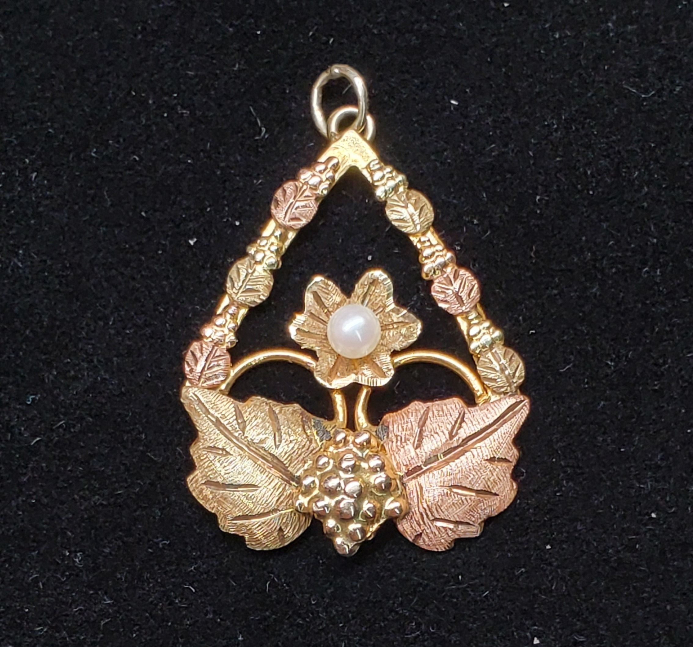 BHG PENDANT W/ 6 SMALL LEAVES, 2 BIG LEAVES & WHITE STONE IN CENTER