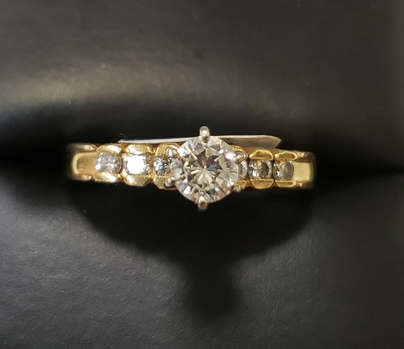 14KT SIZE 8.5 YELLOW GOLD 1/3 ROUND CENTER DIAMOND W 6 DIAMOND CHIPS