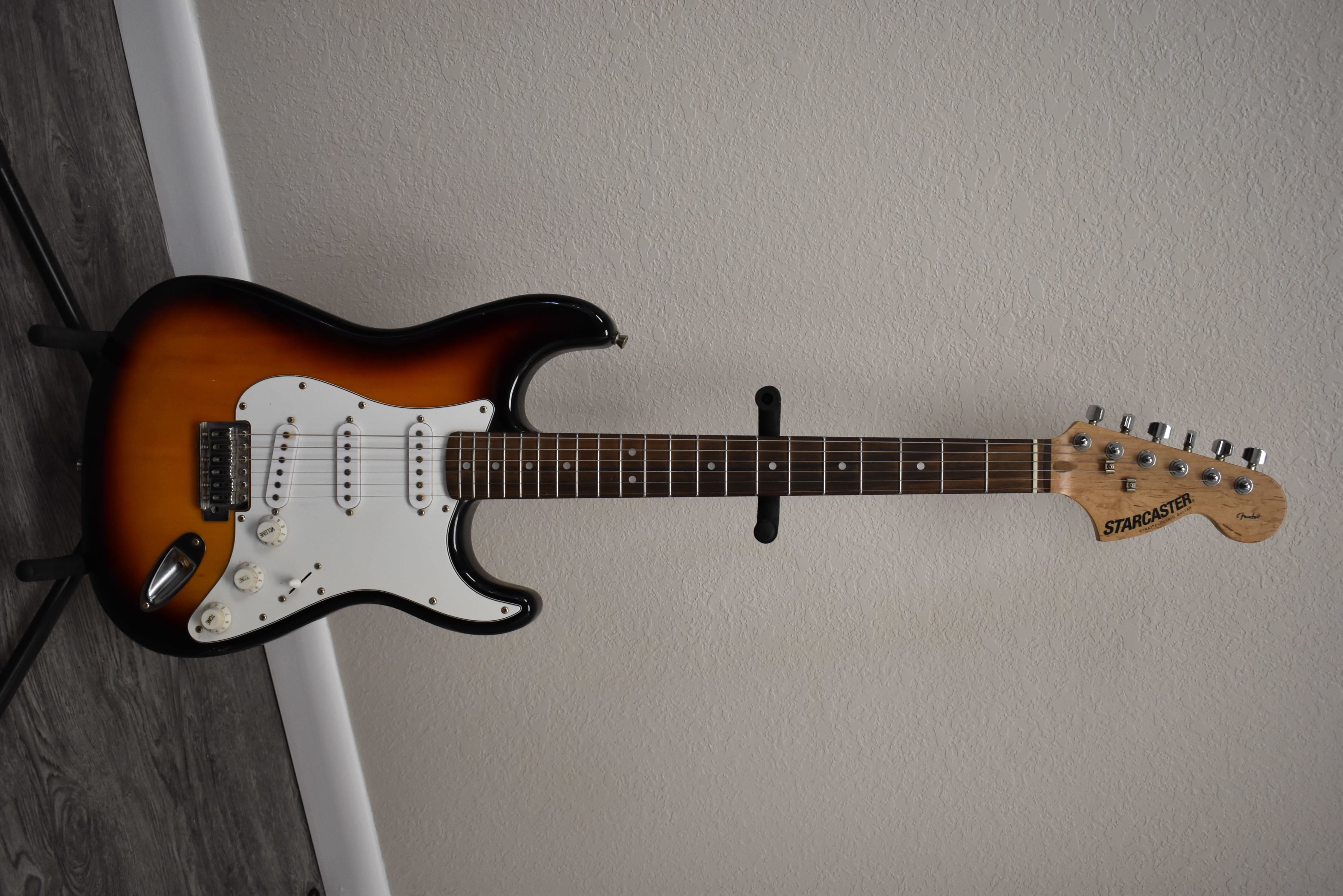 - STARCASTER - MUSICAL INSTRUMENTS